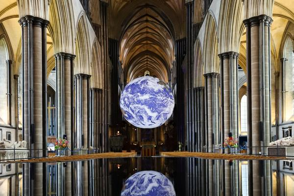 The globe is self-illuminated, hangs in the middle of the main aisle of the cathedral and is perfectly reflector on the floor, which is a mirror.