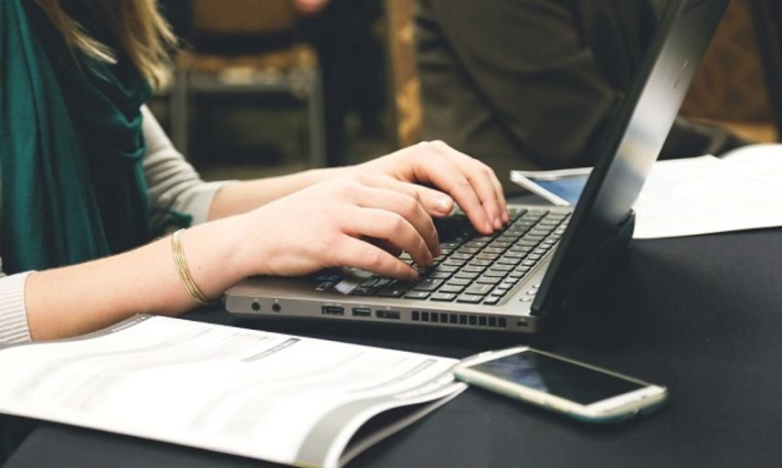 desk email laptop 7112